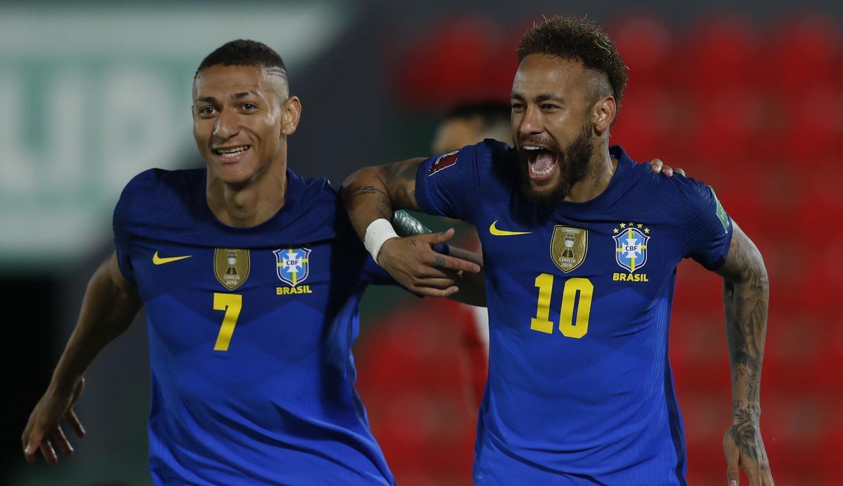 Striker Brasil, Neymar (kanan) bersama Richarlison melakukan selebrasi usai mencetak gol pertama Brasil ke gawang Paraguay dalam laga kualifikasi Piala Dunia 2022 Zona Conmebol di Defensores del Chaco Stadium, Asuncion, Selasa (8/6/2021). Brasil menang 2-0 atas Paraguay. (AP/Jorge Saenz)