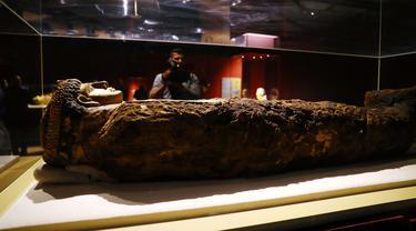 Seorang pria merekam video sebuah artefak kuno di Museum Hurghada, Hurghada, Mesir, Sabtu (29/2/2020). Mesir mengumumkan peresmian Museum Hurghada untuk meningkatkan pariwisata budaya di Provinsi Laut Merah. (Xinhua/Ahmed Gomaa)