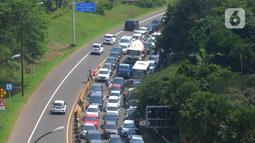 Kendaraan antre memadati kawasan Puncak di Simpang Gadog, Ciawi, Bogor, Kamis (20/5/2021). Walaupun libur lebaran sudah berlalu, kawasan Puncak dan sekitarnya masih dipadati wiasatawan. (merdeka.com/Arie Basuki)