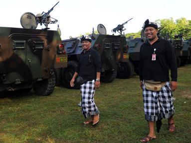 Petugas keamanan adat di Bali atau disebut pecalang berjaga selama persiapan keamanan untuk kunjungan Raja Salman bin Abdul-Aziz Arab Saudi di Nusa Dua, Bali (3/3). Raja Salman akan berlibur di Bali tanggal 4 sampai 9 Maret. (AFP Photo / Sonny Tumbelaka)