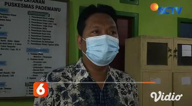 Pemberian vaksin Covid-19 di malam hari terus dilakukan di Puskesmas Pademawu, Kabupaten Pamekasan, Jawa Timur, Sabtu malam (17/4). Meski dilakukan pada malam hari, tidak menyurutkan antusiasme warga untuk dilakukan vaksinasi Covid-19.
