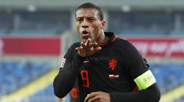 Kapten Belanda, Georginio Wijnaldum, melakukan selebrasi usai mencetak gol ke gawang Polandia pada laga UEFA Nations League di Stadion Silesian, Kamis (19/11/2020). Belanda menang dengan skor 2-1. (AP/Czarek Sokolowski)