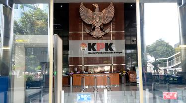 Aktivitas di lobi Gedung KPK, Jakarta, pasca libur Lebaran 2020, Rabu (27/5/2020). KPK memperpanjang masa pelaksanaan bekerja dari rumah (BDR) atau work from home (WFH) bagi para pegawainya hingga 4 Juni 2020. (merdeka.com/Dwi Narwoko)