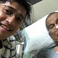 Seperti yang diberitakan sebelumnya, sang ayah memang sudah terbaring lemah di rumah sakit sejak beberapa pekan yang lalu. Lantaran itu, di tengah kesibukannya selama ini Irfan tetap berbakti kepada orang tuanya. (Instagram/irfanhakim75)