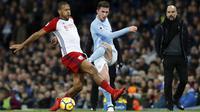 Aymeric Laporte (kanan) melepaskan tembakan melewati adangan pemain West Bromwich, Salomon Rondon pada lanjutan Premier League di The Etihad Stadium, Manchester, (31/1/2018). Manchester City menang 3-0. (Martin Rickett/PA via AP)