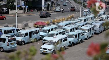 Sejumlah angkutan umum terparkir saat menunggu penumpang di Terminal Kampung Melayu, Jakarta, Selasa (21/4/2020). Ketua DPP Organda DKI Jakarta Shafruhan Sinungan menyatakan hanya 10 persen dari 85.900 kendaraan yang masih beroperasi selama pandemi Covid-19. (merdeka.com/Iqbal S. Nugroho)
