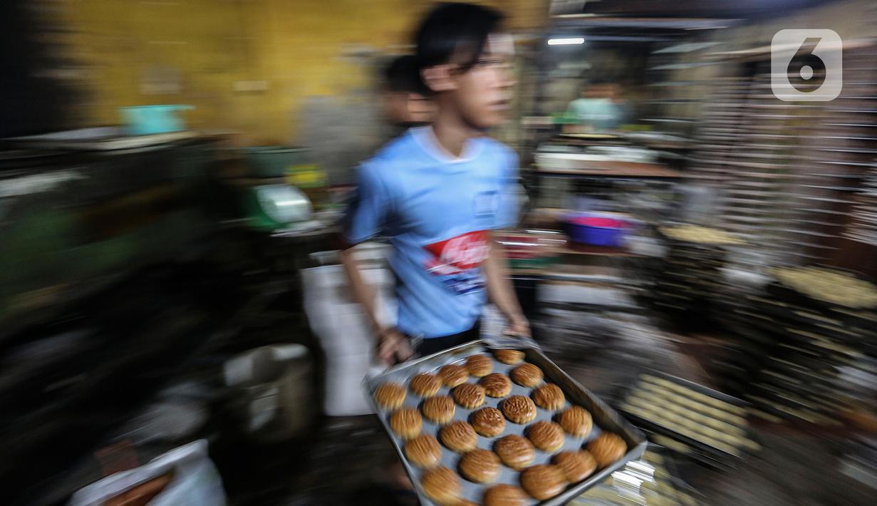 Pekerja UMKM melakukan pembuatan kue di Tanah Kusir, Jakarta, Rabu (13/1/2021). Menkeu Sri Mulyani Indrawati menyebutkan proyeksi alokasi anggaran program pemulihan ekonomi nasional (PEN) 2021 mencapai Rp403,9 triliun atau naik dari rencana sebelumnya Rp372,3 triliun. (Liputan6.com/Johan Tallo)