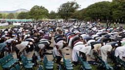 Umat muslim melaksanakan salat Jumat di Hagley Park, sepekan setelah serangan teror di Kota Christchurch, Selandia Baru, Jumat (22/3). Salat Jumat itu disiarkan langsung secara nasional di Selandia Baru oleh sejumlah media massa setempat. (AP/Mark Baker)