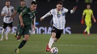 Tampil dominan sejak awal babak pertama dimulai, Argentina mampu mengubah skor keunggulan di menit ke-14 lewat sang mega bintang, Lionel Messi. Umpan L. Paredes sukses ia konversi menjadi tendangan keras yang mengarah ke pojok kiri atas gawang lawan. (Foto: AFP/Pool/Juan Ignacio Roncoroni)
