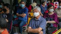 Lansia menghadiri kegiatan Sentra Vaksinasi Bersama COVID-19,  Jakarta, Senin (15/3/2021). Kementerian BUMN menggelar Sentra Vaksinasi Bersama COVID-19 bagi lansia untuk mendorong percepatan program vaksinasi nasional demi mencapai target satu juta vaksin per bulan. (Liputan6.com/Faizal Fanani)