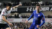 Aksi Ben Chilwell (kanan), beberapa waktu lalu. Kubu Leicester City menolak pinangan Liverpool yang sudah membawa mahar Rp 91 miliar bagi bek kiri timnas Inggris U-21 tersebut. (GiveMeSport.com)