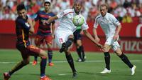 Pemain Sevilla's Steven N'Zonzi (tengah) menendang bola  saat laga Liga Spanyol antara Sevilla FC vs Barcelona di Stadion Ramon Sanchez Pizjuan stadium, Sevilla, Sabtu (3/10/2015). Sevilla menang 2-1  AFP Photo / Cristina Quicler
