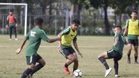 Pemain Timnas Indonesia U-23, Asnawi Mangkualam, menggiring bola saat latihan di Lapangan ABC, Jakarta, Kamis (14/3). Latihan ini merupakan persiapan jelang Kualifikasi Piala AFC U-23. (Bola.com/Vitalis Yogi Trisna)