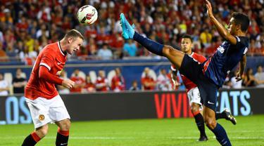 Penyerang MU, Wayne Rooney (kiri) berebut bola dengan bek PSG Marquinhos pada pertandingan International Champion Cup di stadion soldier, Chicago, AS, Kamis (30/7/2015). PSG menang dengan skor 2-0 atas Manchester United.  (Reuters/Mike diNovo)