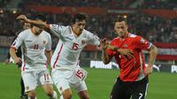 Laga Austria vs Serbia menjadi memiliki arti penting bagi Marko Arnautovic (merah). (Bola.com/Reza Khomaini)