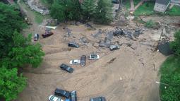 Sejumlah kendaraan tersapu banjir bandang yang melanda Ellicott City, Maryland, Amerika Serikat, Senin (28/5). Pemerintah Amerika Serikat menyatakan siaga nasional setelah banjir bandang Maryland. (DroneBase via AP)