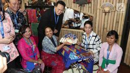 Menteri BUMN Rini Soemarno dan Kepala Bekraf Triawan Munaf mengunjungi stand milik perusahaan BUMN selama IMF-WB 2018, Bali, Selasa (9/10). Sekitar 150 UMKM dari 64 kab/kota diseluruh Indonesia ambil bagian di acara tersebut. (Liputan6.com/Angga Yuniar)