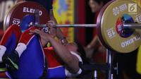 Atlet Para Powerlifting Indonesia, Siti Mahmudah bersiap melakukan angkatan beban di kelas Womens Up 79kg Asian Para Games 2018 di Jakarta, Rabu (10/10). Siti Mahmudah meraih perak dengan total angkatan 120 kg. (Liputan6.com/Helmi Fithriansyah)
