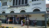 PT KAI Daops 3 Cirebon memastikan 70 persen tiket kereta api tambahan untuk momen natal dan tahun baru masih tersedia. Foto (Liputan6.com / Panji Prayitno)