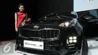 Model berdiri disamping melihat mobil keluaran terbaru dari KIA yang dipamerkan pada GIIAS 2016 di ICE BSD City Serpong, Banten, Kamis (11/8). KIA tipe all new Sportage dipasarkan mulaI Rp 340 hingga 425 juta otr. (Liputan6.com/Helmi Fithriansyah)