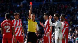 Wasit memberikan kartu merah kepada Sergio Ramos (dua kanan) saat Real Madrid menghadapi Girona dalam lanjutan La Liga di Stadion Santiago Bernabeu, Madrid, Spanyol, Minggu (17/2). Los Blancos kalah 1-2 dari Girona. (AP Photo/Andrea Comas)