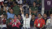 Presiden Jokowi (tengah), Ibu Iriana, Wiranto, Imam Nahrawi dan Puan Maharani saat menyaksikan Final Bulutangkis Beregu Putra Asian Games 2018 antara Indonesia melawan China di Jakarta, Rabu (22/8). (Liputan6.com/Helmi Fithriansyah)