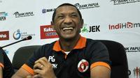 Pelatih Perseru, Putu Gede, tak sabar merasakan tekanan Aremania. (Bola.com/Iwan Setiawan)