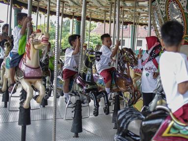 Anak-anak terdampak bencana tsunami dari Kampung Sumur, Pandeglang, Banten menikmati wahana permainan saat mengikuti rekreasi di Ancol Taman Impian, Jakarta, Selasa (26/2). Kegiatan tersebut bertajuk Menjemput Impian Bersama. (Liputan6.com/Faizal Fanani)