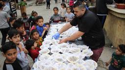 Seorang pekerja Palestina menyiapkan makanan gratis pada hari keempat Ramadan di Deir al-Balah, Jalur Gaza tengah, pada 27 April 2020. Warga Palestina merayakan Ramadan, bulan suci umat Islam, di tengah situasi ekonomi yang memburuk akibat pandemi COVID-19. (Xinhua/Rizek Abdeljawad)