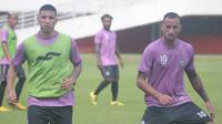 Dua pemain asing PSS Sleman, Brian Ferreira (kiri) dan Alfonso De La Cruz, dalam sesi latihan di Stadion Maguwoharjo, Senin (4/3/2019) pagi. (Bola.com/Vincentius Atmaja)