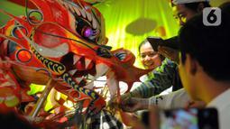 """Atraksi tarian Liong saat Bogor Street Festival Cap Go Meh (CGM) 2020 yang digelar di Jalan Surya Kencana, Kota Bogor, Jawa Barat, Sabtu (8/2/2020). Festival bertema """"Ajang Budaya Pemersatu Bangsa"""" dimeriahkan 25 kelompok barongsai-liong dan beragam tarian daerah. (Liputan6.com/Helmi Fithriansyah)"""