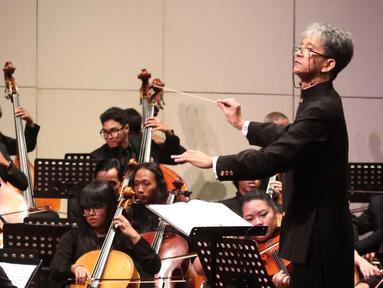 "Sejumlah pemain orkestra tampil dalam konser Jakarta City Philharmonic (JCP) di Teater Jakarta, Taman Ismail Marzuki, Jakarta, Rabu (16/5). Konser tersebut mengangkat tema ""Tirta"". (Liputan6.com/Arya Manggala)"