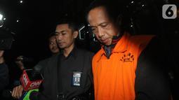 Chandra Safari dan Hendra Wijaya, pihak swasta penyuap Bupati Lampung Utara, berjalan keluar usai pemeriksaan di Gedung KPK, Jakarta, Selasa (8/10/2019). KPK menahan enam orang dalam OTT terkait urusan proyek di Dinas PUPR dan Dinas Perdagangan Kabupaten Lampung Utara. (merdeka.com/Dwi Narwoko)