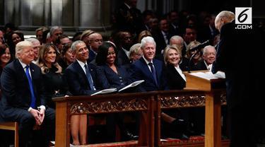 Presiden Trump duduk berderet dengan para pendahulunya. Ia berdampingan dengan mantan Presiden Obama dan Clinton.
