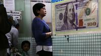 Nasabah mengantre menukarkan mata uang USD di gerai penukaran mata uang asing di Jakarta, Rabu (5/9). Sebelumnya pada Selasa (4/9), Rupiah sempat mencapai level Rp 14.935 per dollar Amerika atau terlemah sejak 1998. (Merdeka.com/Imam Buhori)