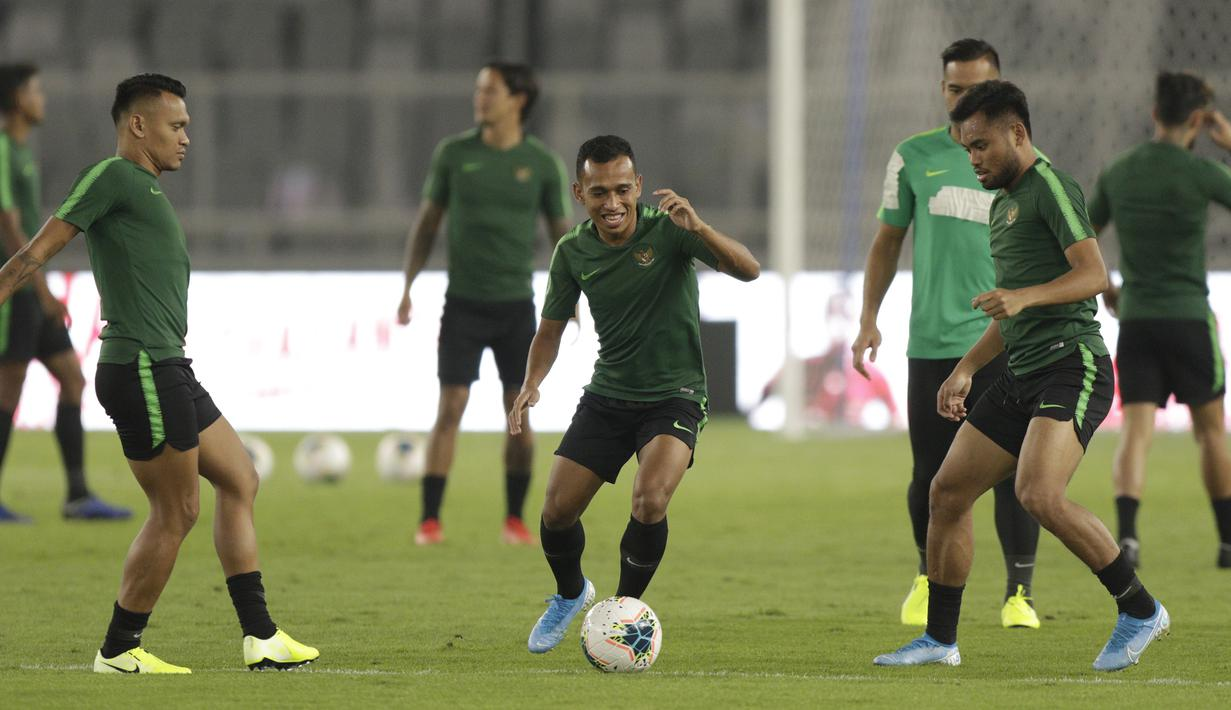 Pemain Timnas Indonesia, Irfan Jaya, saat latihan jelang laga kualifikasi Piala Dunia di SUGBK, Jakarta, Senin (2/9). Indonesia akan berhadapan dengan Malaysia. (Bola.com/M Iqbal Ichsan)