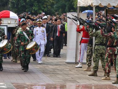 Prajurit TNI melepaskan tembakan ke udara saat prosesi pemakaman istri presiden ke-6 RI Susilo Bambang Yudhoyono (SBY), Ani Yudhoyono di TMP Kalibata, Jakarta, Minggu (2/6/2019). Ani Yudhoyono dimakamkan secara militer. (Liputan6.com/JohanTallo)