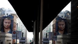 Mural aktivis perubahan iklim Greta Thunberg di sebuah gedung pusat Kota San Francisco, California, 11 November 2019. Kehadiran mural yang menunjukkan wajah Thunberg sedang menatap itu diharapkan dapat mengingatkan setiap orang tentang bahaya perubahan iklim. (Justin Sullivan/Getty Images/AFP)