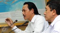 Deputi Pemberantasan BNN, Irjen Pol Arman Depari (kiri) memberi keterangan terkait kasus dua pilot Susi Air di Jakarta, Senin (16/1). Arman menegaskan, pilot Susi Air yang berinisial DA dan BA negatif narkoba. (Liputan6.com/Helmi Fithriansyah)