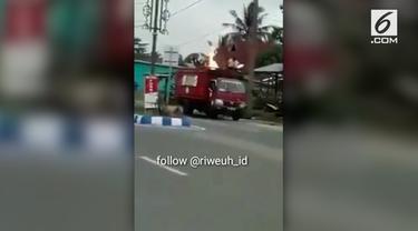 Aksi heroik ditunjukkan seorang sopir truk. Ia dengan berani membuang tabung gas yang sedang terbakar.