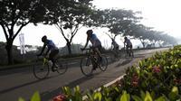 Para pesepeda menggowes saat mengikuti Bike 4round The City di Tangerang, Banten, Minggu (4/3/2018). Kegiatan yang diadakan dalam rangka ulang tahun Hotel Novotel ini menempuh jarak sekitar 50 kilometer. (Bola.com/Vitalis Yogi Trisna)