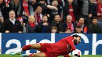 Mohamed Salah terjatuh saat dilanggar bek Leicester City (AFP)