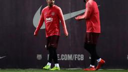 Penyerang Barcelona, Lionel Messi dan Luis Suarez berbincang selama sesi latihan di Sports Center FC Barcelona Joan Gamper di Sant Joan Despi, Spanyol (12/3). Pada leg pertama Barcelona bermain imbang 0-0 di Markas Lyon. (AP Photo/Manu Fernandez)