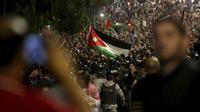 Warga Yordania berdemonstrasi atas kenaikan harga dan RUU reformasi pajak (AP Photo/Raad Adayleh)