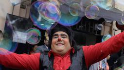 Seorang badut bermain dengan gelembung sabun selama pawai merayakan Hari Badut Nasional di Lima, Peru, Jumat (25/5). Pawai badut ini dilakukan penuh persiapan, guna mengenang rekan sesama badut bernama Tony Perejil yang telah tiada (AP Photo/Martin Mejia)