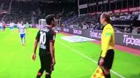 Hakan Calhanoglu mendapatkan tindakan rasialisme saat Bayer Leverkusen berhadapan melawan Schalke 04 yang berlangsung di BayArena, Minggu (29/11/2015) waktu setempat. (Reuters/Paul Hanna)