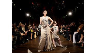 Secara sepintas Rebekah Marine (28) nampak seperti model-model pada umumnya saat berjalan di panggung New York Fashion Week lalu. Jika dilihat secara seksama ia menggunakan tangan kanan buatan. Walau begitu ia tampak percaya diri.