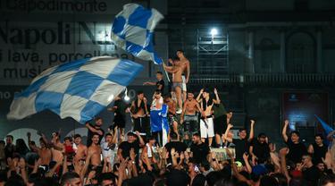 Para suporter Napoli merayakan kemenangan atas Juventus pada final Coppa Italia di pusat Kota Napoli, Italia, Rabu (17/6/2020). Napoli menjadi juara Coppa Italia 2019-2020 setelah mengalahkan Juventus lewat drama adu penalti. (Carlo Hermann/AFP)