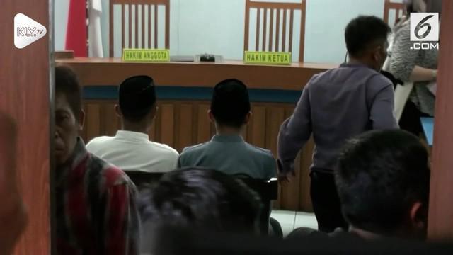 Sidang dua pelaku pengeroyokan Haringga Sirila mulai disidangkan. Dua pelaku yang masih di bawah umur disidangkan terpisah dari tersangka lain.