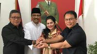 Gus Ipul sedang bergandengan tangan dengan Puti Guntur dengan Sekjen PDIP, Hasto Kristiyanto dan Wasekjen Ahmad Basarah. (Foto: Istimewa)
